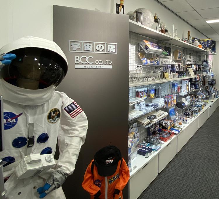店舗入り口の正面には宇宙服レプリカが飾ってあります